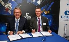 Signature CNES / AFD entre Jean-Yves LE GALL et Rémy RIOUX, Directeur de l'Agence Française du Développement